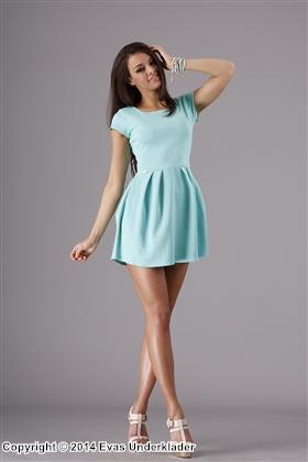 Kortärmad klänning med vid kjol